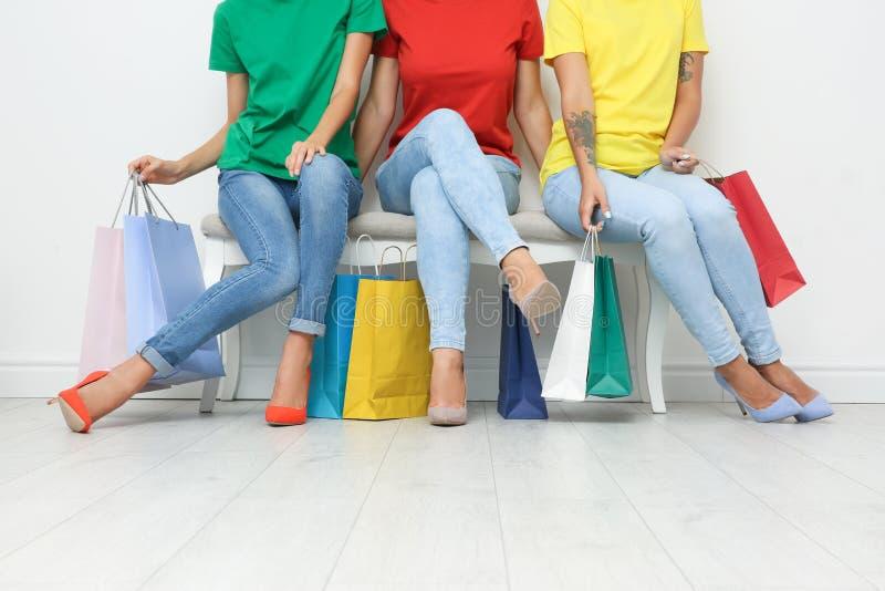 Grupo de mujeres jovenes con sentarse de los panieres foto de archivo