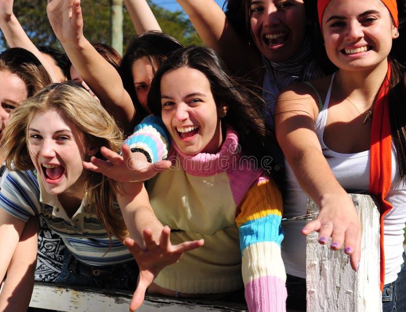 Grupo de mujeres jovenes emocionadas imagen de archivo libre de regalías