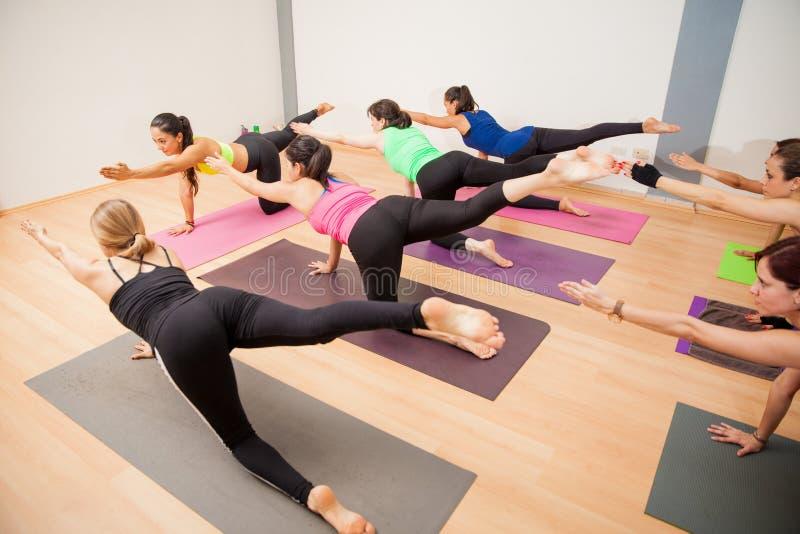 Grupo de mujeres latinas en clase de la yoga fotografía de archivo