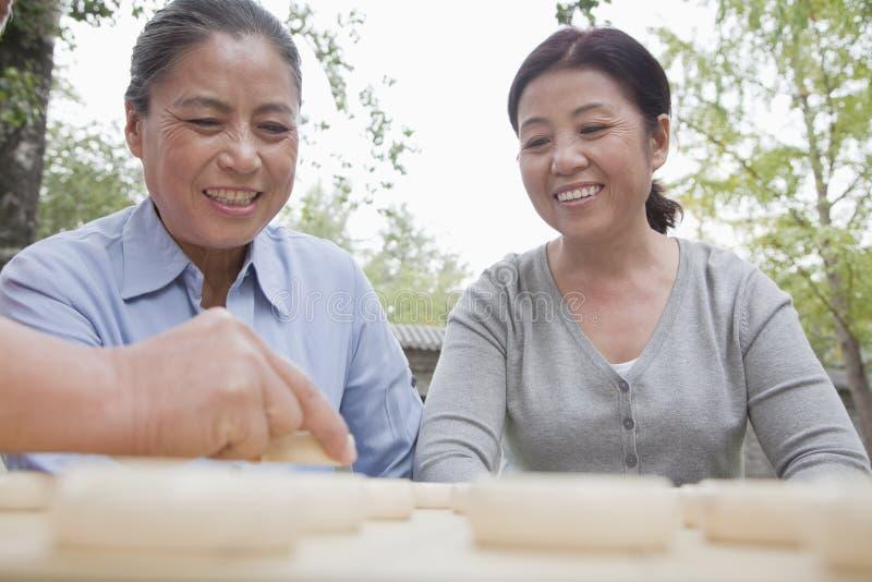 Grupo de mujeres maduras que juegan a inspectores chinos foto de archivo libre de regalías