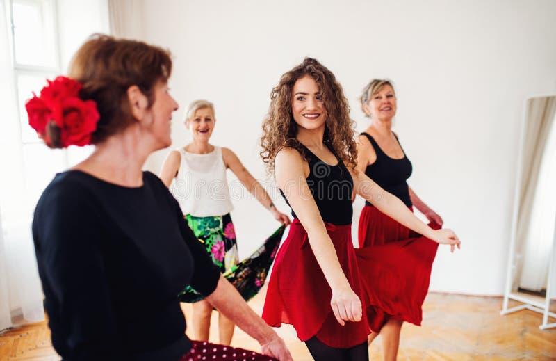 Grupo de mujeres mayores en clase de baile con el profesor de la danza imágenes de archivo libres de regalías