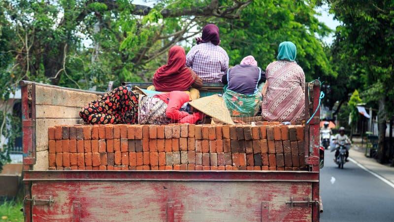 Grupo de mujeres musulmanes que viajan en un camión en una ciudad en Indones imagen de archivo