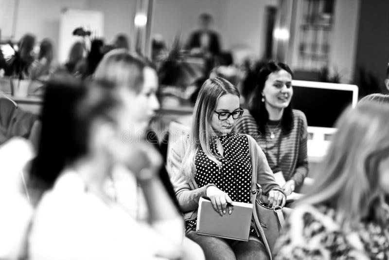 Grupo de mujeres que escuchan una conferencia en un seminario del negocio imagenes de archivo