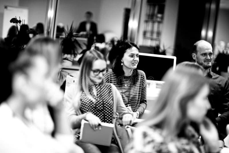 Grupo de mujeres que escuchan una conferencia en un seminario del negocio fotografía de archivo