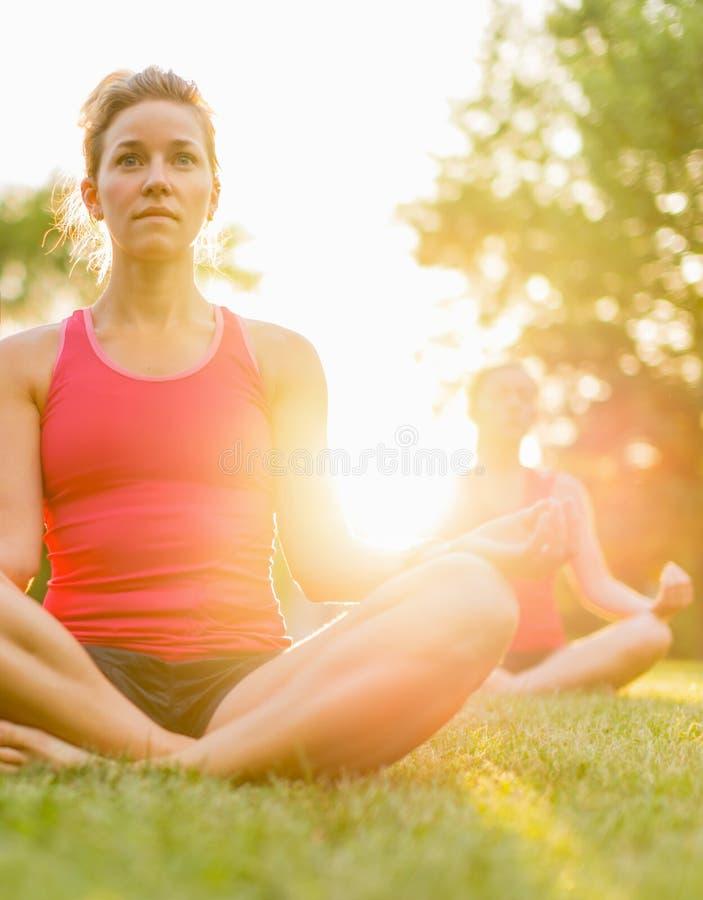 Grupo de 3 mujeres que hacen yoga en naturaleza fotos de archivo libres de regalías