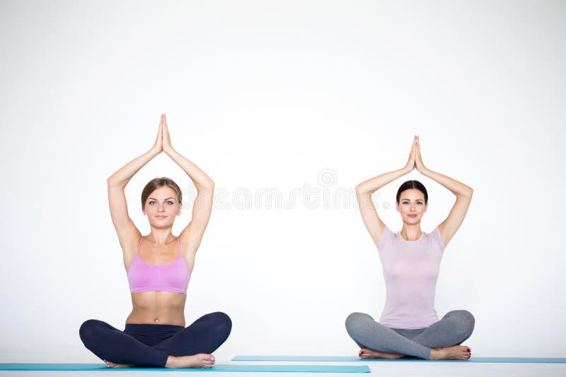Grupo de mujeres que meditan en actitud de la yoga del loto foto de archivo libre de regalías