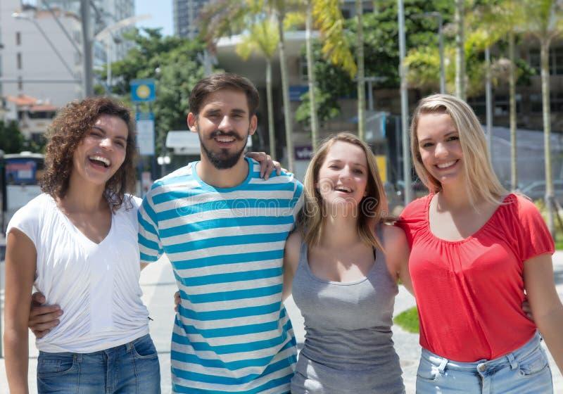 Grupo de mulher caucasiano e latino-americano com homem latin foto de stock