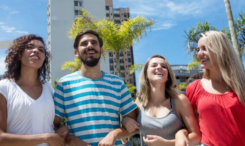 Grupo de mulher caucasiano e latino-americano feliz com homem latin fotografia de stock royalty free