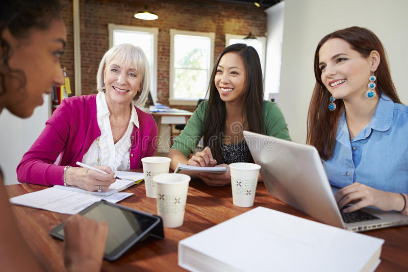 Grupo de mulheres de negócios que encontram-se para discutir ideias fotos de stock royalty free