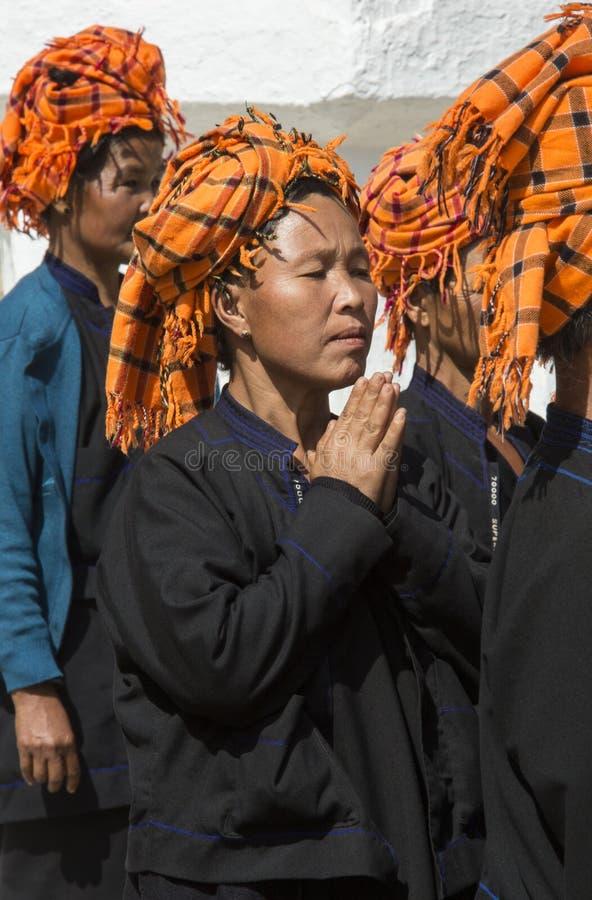 Mulheres de PaO na oração - Inle - Myanmar imagens de stock