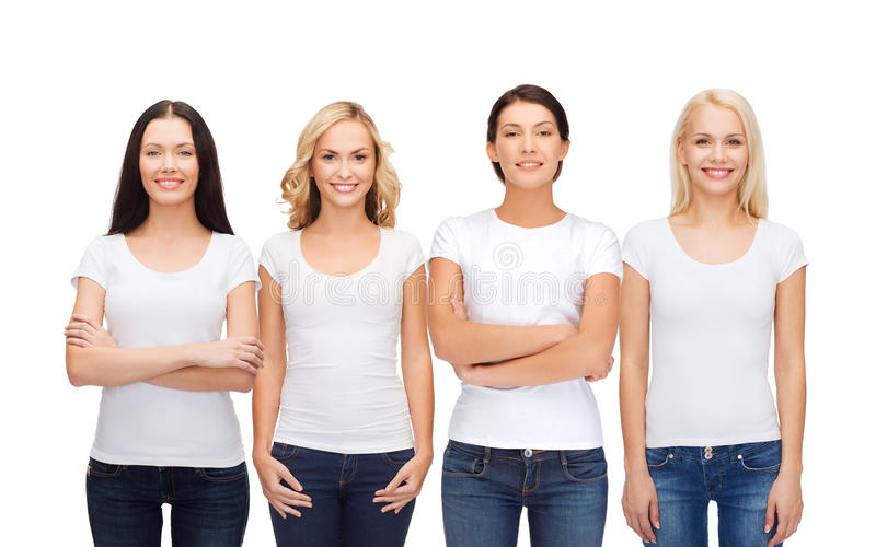 Grupo de mulheres de sorriso em t-shirt brancos vazios foto de stock