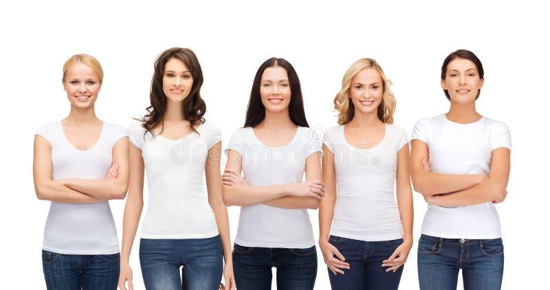 Grupo de mulheres de sorriso em t-shirt brancos vazios fotografia de stock