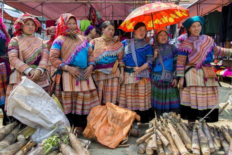Grupo de mulheres do tribo da minoria que hawking seu alimento no mercado livre foto de stock royalty free