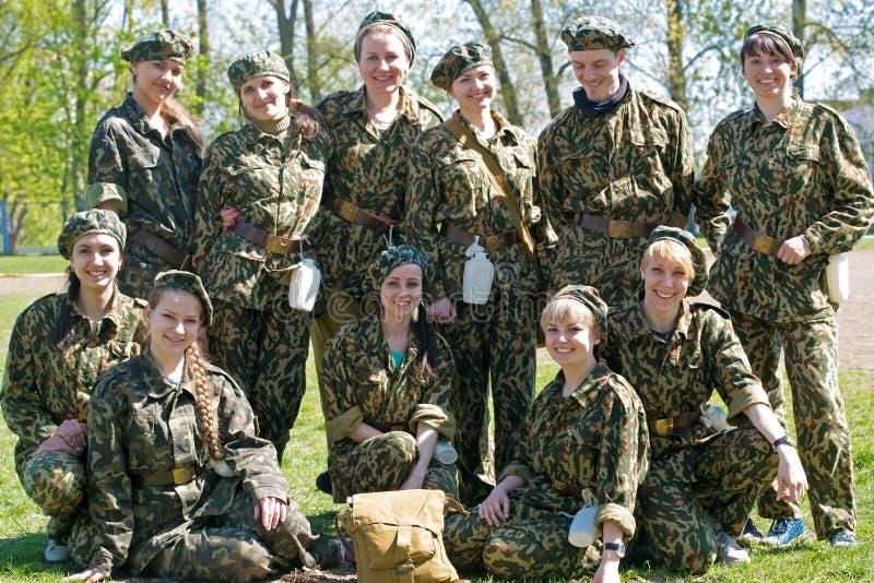 Grupo de mulheres e de homem militares fotografia de stock royalty free