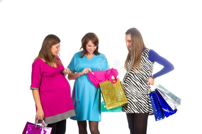 Grupo de mulheres gravidas com sacos de compra fotografia de stock royalty free