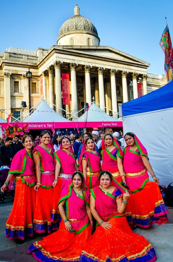 Grupo de mulheres indianas bonitas no quadrado de Trafalgar, Londres imagem de stock royalty free