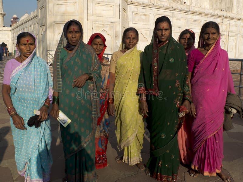 Grupo de mulheres indianas que vestem saris. fotografia de stock