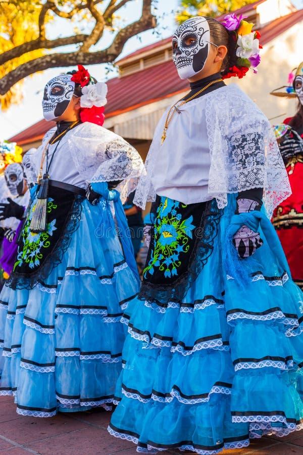Grupo de mulheres irreconhecíveis que vestem o crânio tradicional miliampère do açúcar fotos de stock royalty free