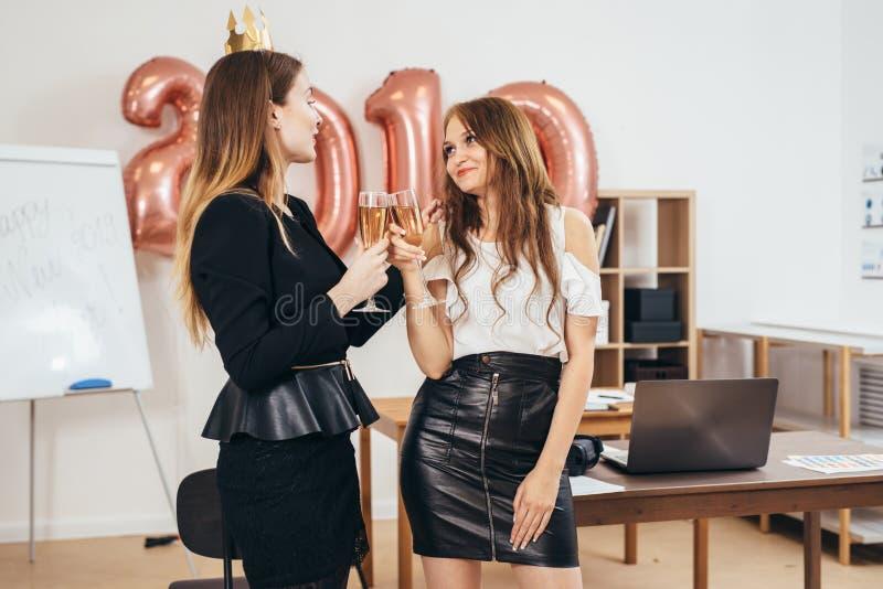 Grupo de mulheres de negócio que têm o partido no escritório Xmas, Christmass, ano novo imagens de stock