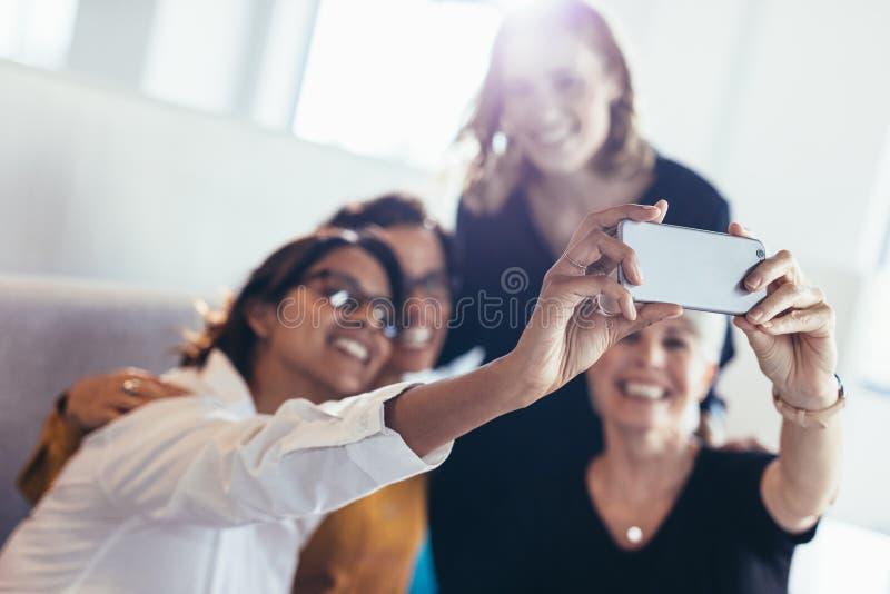 Grupo de mulheres de negócio que tomam o selfie fotografia de stock royalty free