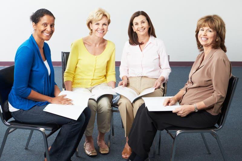 Grupo de mulheres no clube de leitura foto de stock