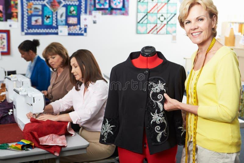 Grupo de mulheres no vestido que faz a classe imagem de stock