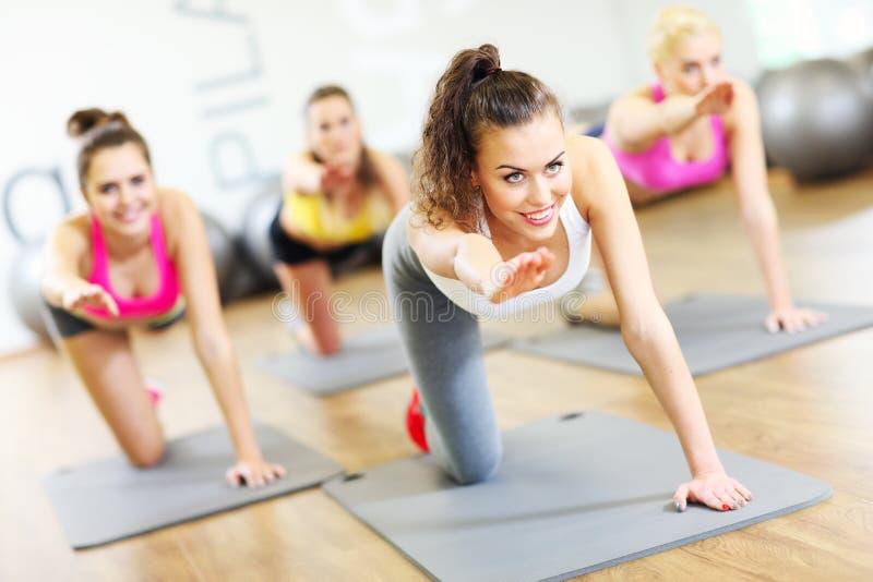 Grupo de mulheres que dão certo no gym foto de stock