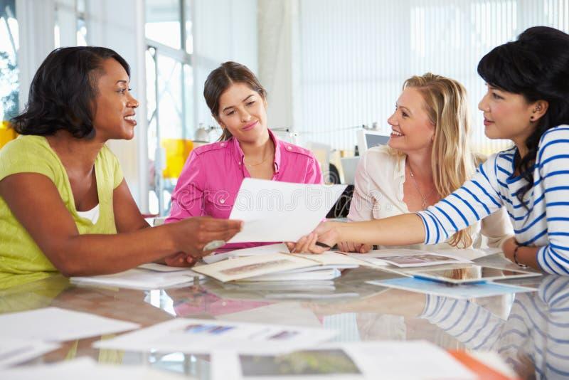 Grupo de mulheres que encontram-se no escritório criativo imagens de stock