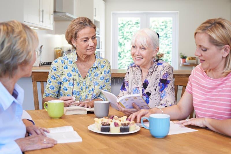 Grupo de mulheres que encontram-se para o grupo do livro imagens de stock royalty free