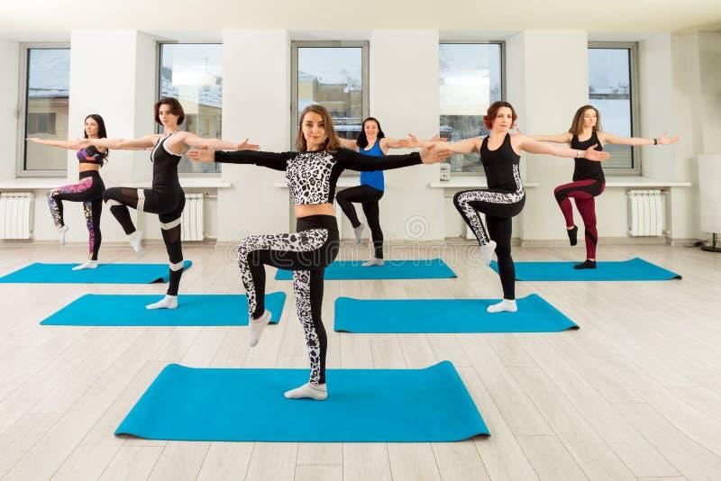 Grupo de mulheres que treinam em uma opinião do gym fotos de stock royalty free