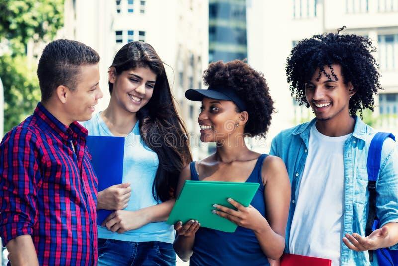 Grupo de multi estudantes étnicos que falam sobre classes foto de stock royalty free