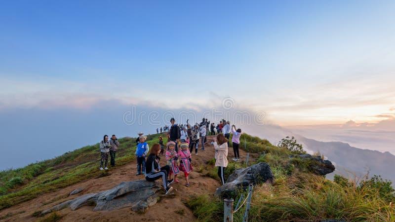 Grupo de nascer do sol de espera do turista em montanhas fotos de stock royalty free