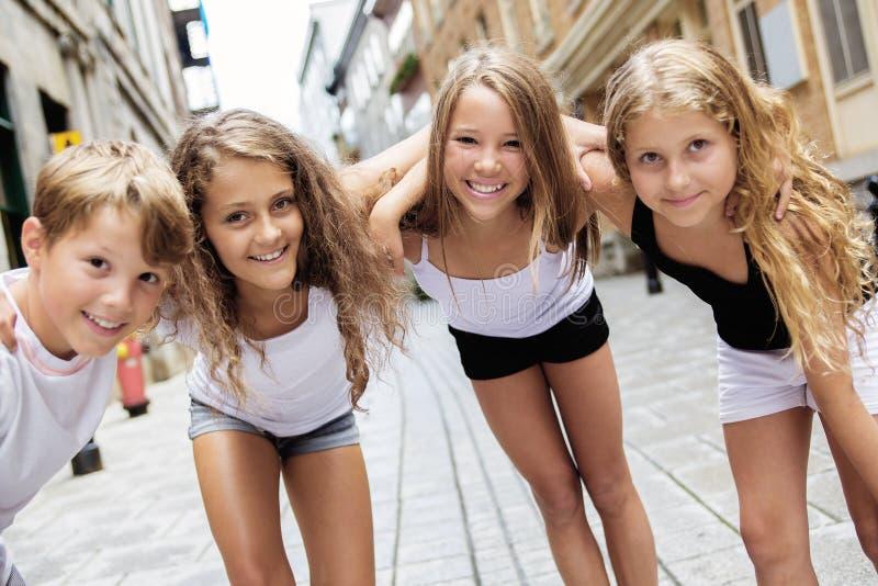 Grupo de niño en calle urbana foto de archivo libre de regalías