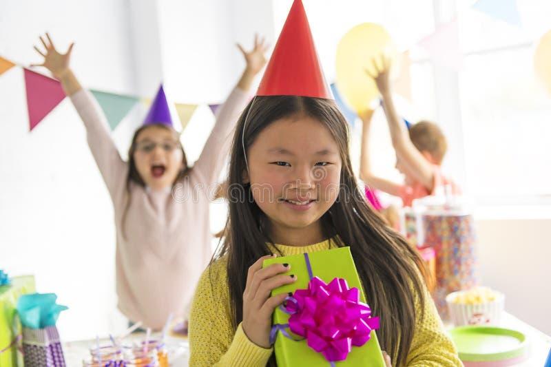 Grupo de niños adorables que se divierten en el asiático de la fiesta de cumpleaños en el frente imágenes de archivo libres de regalías
