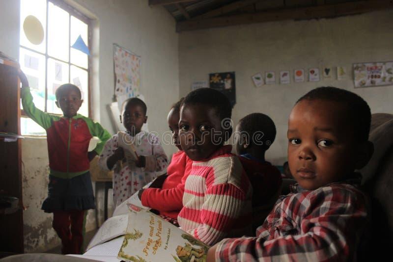 Grupo de niños africanos que estudian en escuela en Swazilandia rural foto de archivo