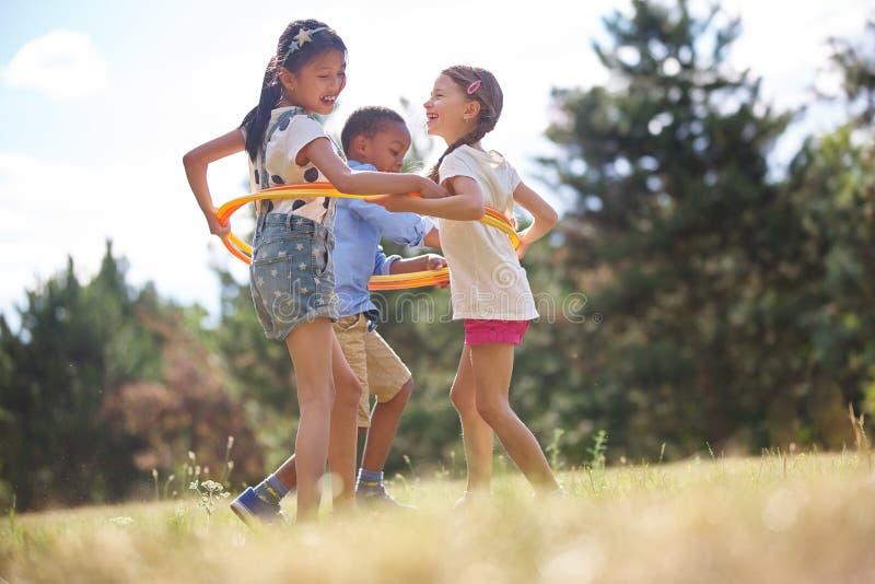 Grupo de niños con el aro del hula fotografía de archivo