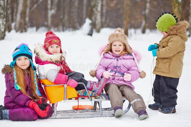 Grupo de niños con el trineo imagen de archivo
