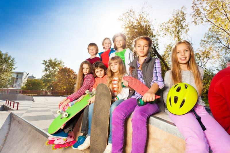 Grupo de niños con los monopatines y el casco imágenes de archivo libres de regalías