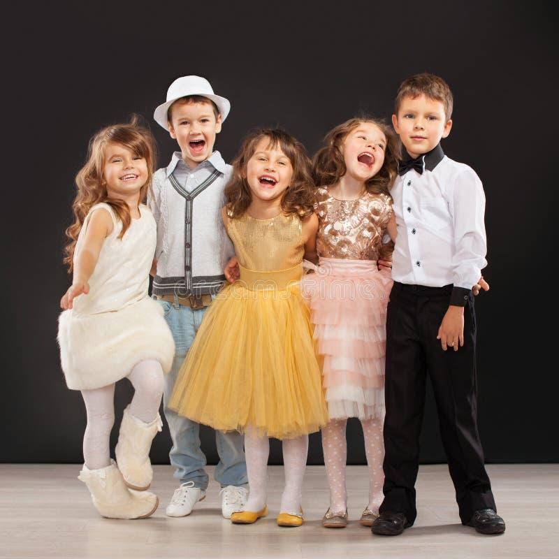 Grupo de niños de moda en ropa celebradora imagen de archivo libre de regalías