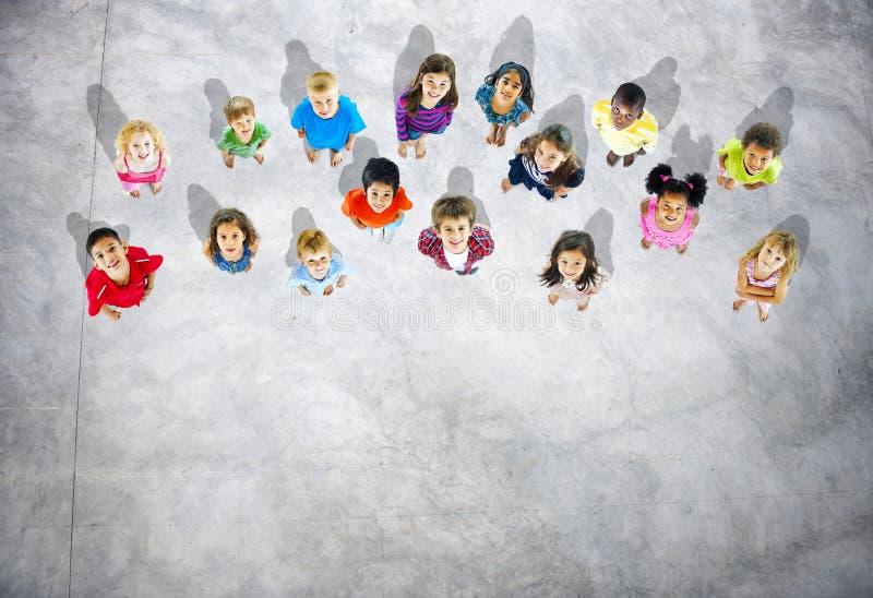 Grupo de niños diversos que miran para arriba imágenes de archivo libres de regalías