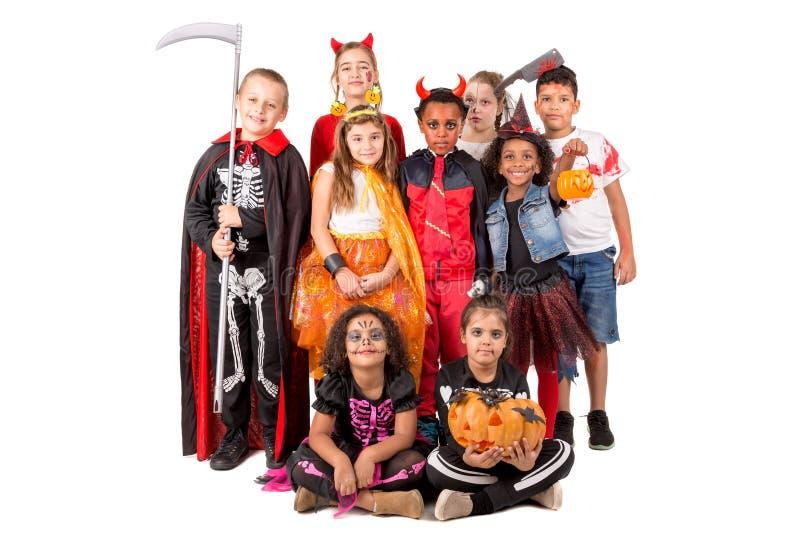 Grupo de niños en disfraces de Halloween fotografía de archivo