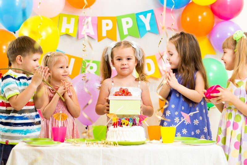 Grupo de niños en el cumpleaños fotos de archivo