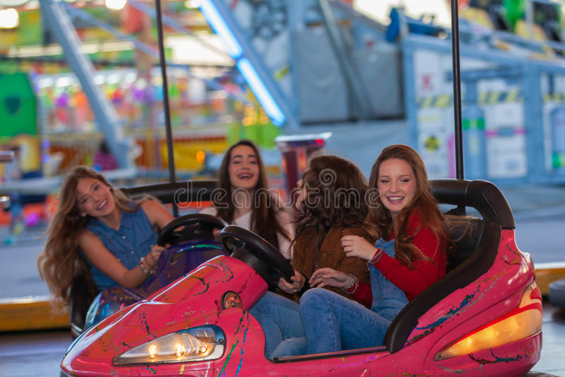 Grupo de niños en el funfair o el parque de atracciones imagen de archivo