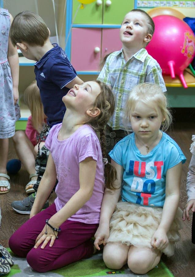Grupo de niños en la yarda de los niños Partido del feliz cumpleaños de un niño pequeño imagenes de archivo