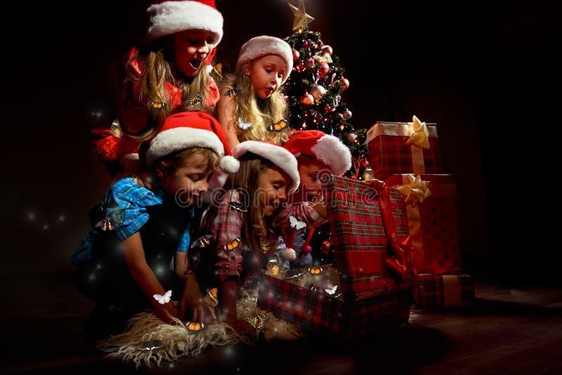 Grupo de niños en los sombreros de Papá Noel fotos de archivo libres de regalías
