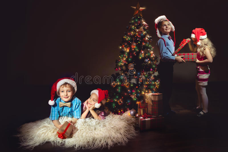 Grupo de niños en los sombreros de Papá Noel fotografía de archivo libre de regalías