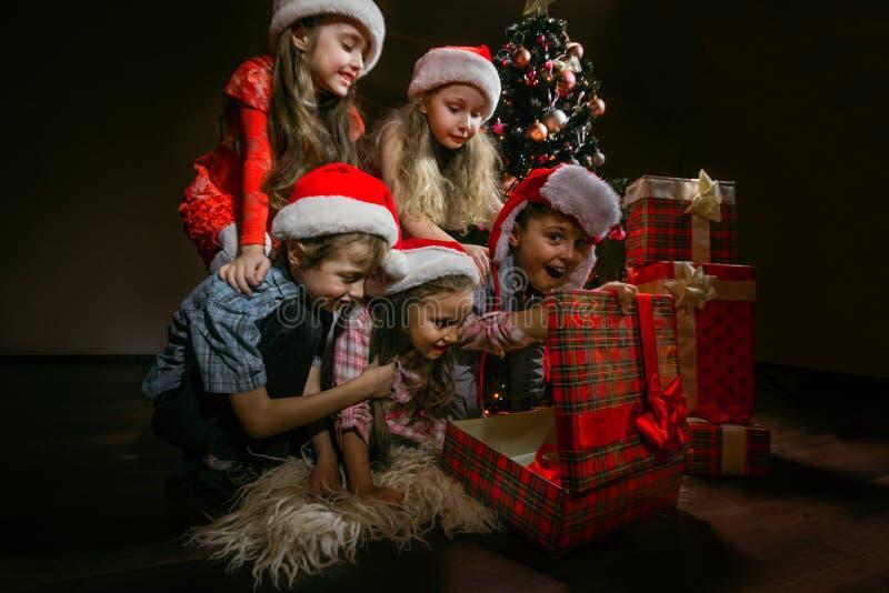 Grupo de niños en los sombreros de Papá Noel imágenes de archivo libres de regalías