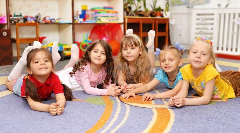 Grupo de niños en un jardín de la infancia imagen de archivo libre de regalías