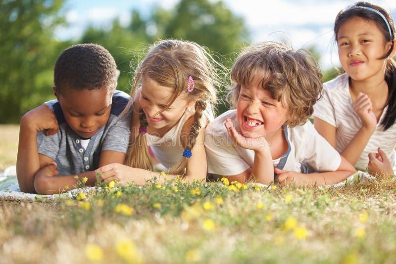 Grupo de niños en verano imagenes de archivo