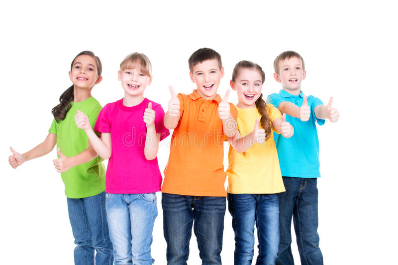 Grupo de niños felices con el pulgar encima de la muestra imagen de archivo libre de regalías